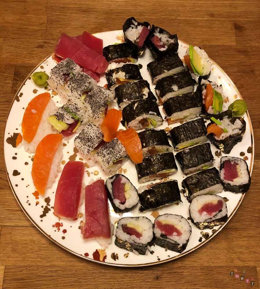 sushi misto con salmone affumicato servito