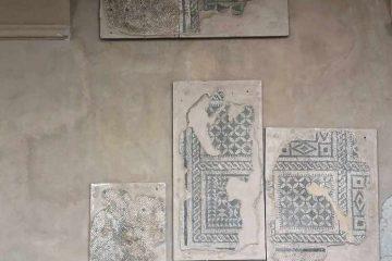 mosaici ingresso castello baia