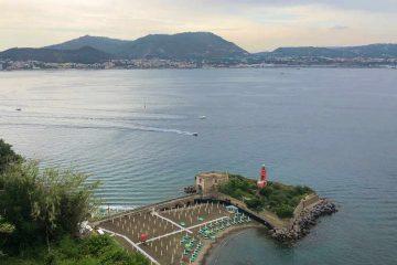 vista spiaggia castello di baia