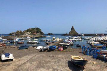 vista isole dei ciclopi e faraglioni aci trezza