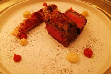 Filetto di manzo in crosta di funghi con crema di carote e zenzero accompagnato da ndivia affumicata con speck dell alto adige