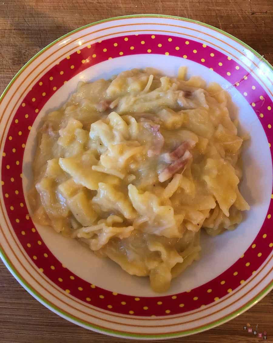 pasta patate e provola alla napoletana servita