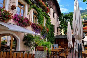 palazzo con balconi fioriti san candido